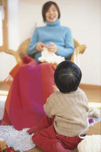 編物をする母親を見る子供の後姿の写真素材 [FYI01768083]