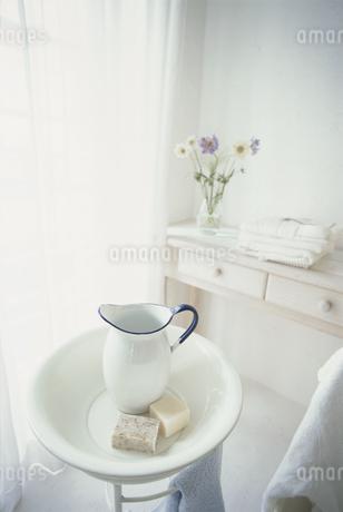 石鹸と洗面器と水差しの写真素材 [FYI01768105]
