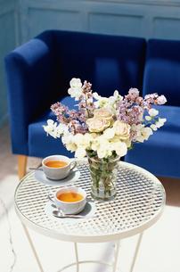 青いソファとテーブルに花と紅茶の写真素材 [FYI01768114]