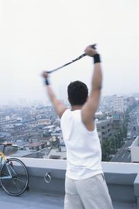 屋上でストレッチをする男性の写真素材 [FYI01768126]
