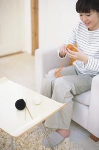 編み物をする女性の写真素材 [FYI01768139]