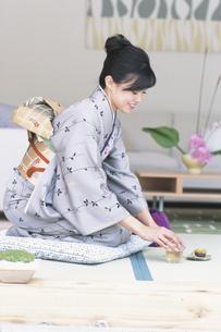 着物女性とお茶の写真素材 [FYI01768224]