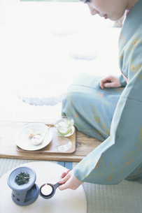 縁側に座った浴衣女性の写真素材 [FYI01768292]