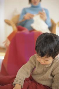 編み物をする母と男の子の写真素材 [FYI01768307]