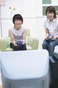 テレビゲームで遊ぶ女性2人の写真素材 [FYI01768308]