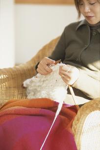 編み物をする女性の写真素材 [FYI01768329]