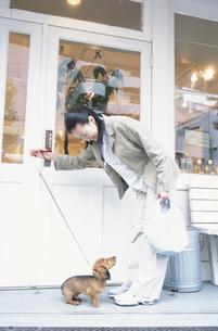 犬の散歩をする女性の写真素材 [FYI01768355]