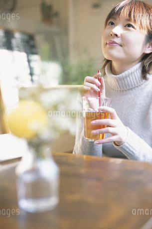 カフェでお茶を飲む女性の写真素材 [FYI01768389]