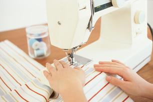 ミシンを掛ける女性の手元の写真素材 [FYI01768421]