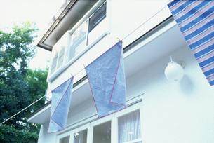 ロープに干した水色の布と白い家の写真素材 [FYI01768426]