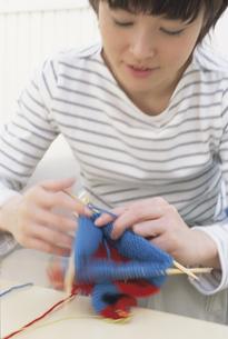 編み物をする女性の写真素材 [FYI01768444]