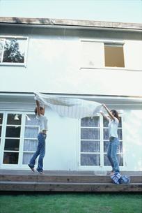 洗濯物を干す2人の女性の写真素材 [FYI01768510]