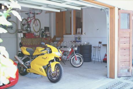 ガレージの2台のオートバイと自転車の写真素材 [FYI01768545]