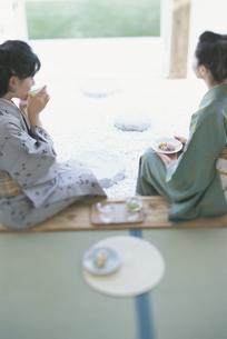 縁側で浴衣でくつろぐ女性2人の写真素材 [FYI01768558]