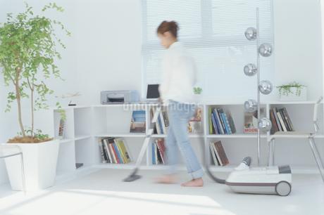 部屋に掃除機をかける女性の写真素材 [FYI01768601]