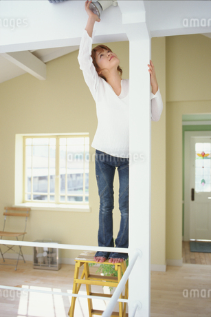 電球を取り付ける女性の写真素材 [FYI01768645]
