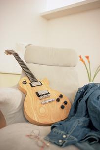 ギターとダンガリーシャツの写真素材 [FYI01768646]