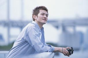 カメラを持った男性の写真素材 [FYI01768728]