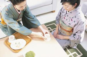 お茶を振舞う着物女性の写真素材 [FYI01768803]
