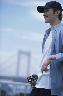 カメラを持った男性の写真素材 [FYI01768856]
