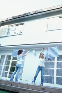 洗濯物を干す2人の女性の写真素材 [FYI01768894]