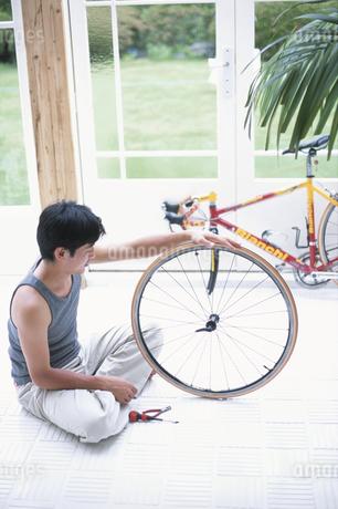カップルと自転車の写真素材 [FYI01768940]