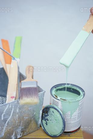 ペンキ缶と刷毛の写真素材 [FYI01768951]