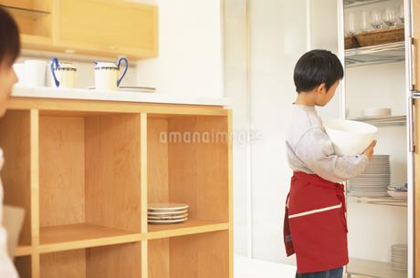 キッチンの親子の写真素材 [FYI01768970]