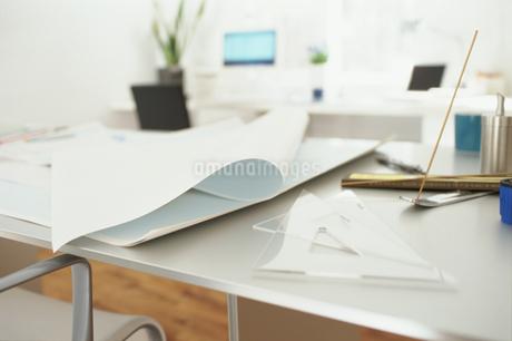 デスクの上の白い紙と定規の写真素材 [FYI01769242]
