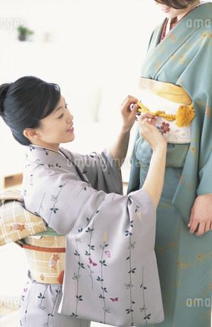 着付けをする女性2人の写真素材 [FYI01769405]