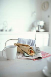 ラップサンドとコーヒーの写真素材 [FYI01769442]