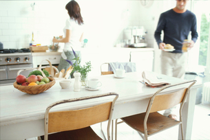 食事の準備をする男性と女性の写真素材 [FYI01769568]