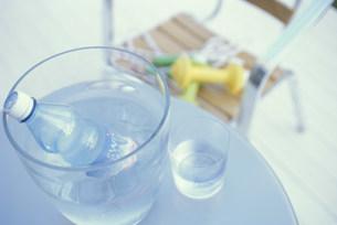 ボトルごと冷やしているミネラルウォーターの写真素材 [FYI01769792]