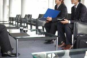 商談をしているビジネスマン2人の写真素材 [FYI01769849]