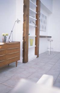 小物を置いた木目のキャビネットやイスのある部屋の写真素材 [FYI01769854]