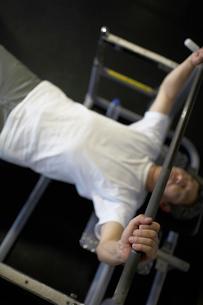 バーベルを上げる中年男性の写真素材 [FYI01769873]