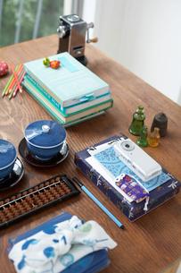 机の上に並んだビジネス小物と茶碗の写真素材 [FYI01769905]