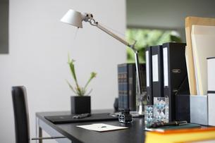 オフィスの砂時計やインク瓶のあるデスクの写真素材 [FYI01769981]