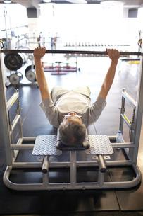 バーベルを上げるシルバー男性の写真素材 [FYI01770004]