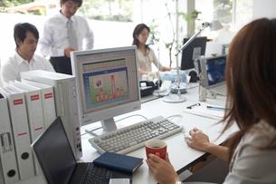 オフィスで働く男性2名と女性2名の写真素材 [FYI01770055]