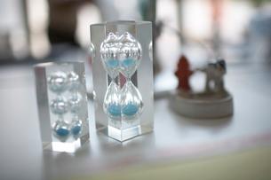 2つの青い砂の砂時計の写真素材 [FYI01770106]