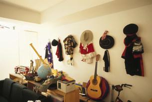 壁に掛けた服やおもちゃの写真素材 [FYI01770256]