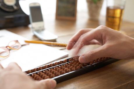 そろばんをする人の手元の写真素材 [FYI01770382]