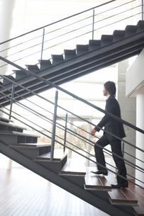 階段を上がるビジネスマンの写真素材 [FYI01770478]
