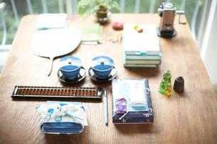 机の上に並んだビジネス小物と茶碗の写真素材 [FYI01770517]