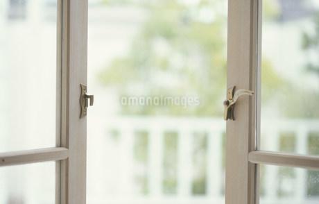 開けられたベージュ枠の窓の写真素材 [FYI01770798]