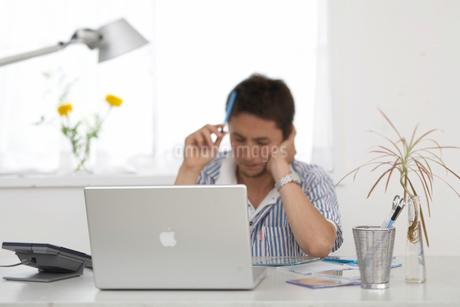 考え事をする人 ノートパソコンの写真素材 [FYI01770932]