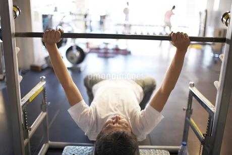 バーベルを上げる中年男性の写真素材 [FYI01770949]