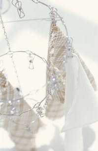 洗濯バサミで挟んで干されたクロス3枚の写真素材 [FYI01771246]