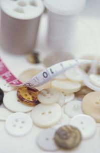 ボタンとミシン糸とメジャーの写真素材 [FYI01771261]
